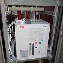 Serviço de manutenção em disjuntores industriais